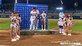 陳仕朋賽後MVP,簽名球用抽獎方式送出。(圖/記者王怡翔攝影)