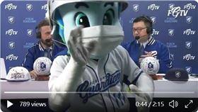 ▲富邦悍將吉祥物富藍奇亂入英語轉播室。(圖/翻攝自富邦悍將推特)