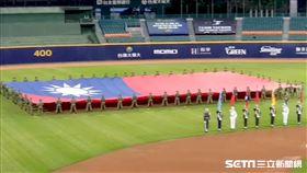 ▲中職領先全球開放觀眾進場,巨幅國旗登國際版面。(圖/記者劉彥池攝影)