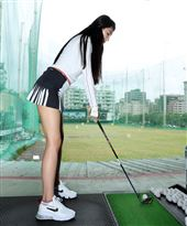 性感火辣的翁子涵投入高爾夫球魔鬼訓練要百日破百桿。(記者邱榮吉/攝影)