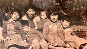 馬英九曬童年與母親秦厚修及姊妹的舊照,臉書