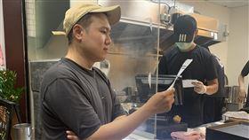 玖壹壹成員洋蔥投資滷味店。(圖/混血兒娛樂提供)