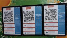 新加坡科技防疫  SafeEntry追蹤行動軌跡新加坡防疫略見成效,雖放寬阻斷措施讓部分商家復工,但強制工作場所使用SafeEntry訪客登記系統,圖為進入職總平價超市要掃描訪客登記系統,追蹤行動軌跡。中央社記者黃自強新加坡攝 109年5月10日