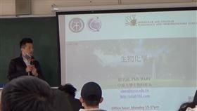 中原大學教授招名威在課堂上向陸生道歉。(圖/何志偉辦公室提供)