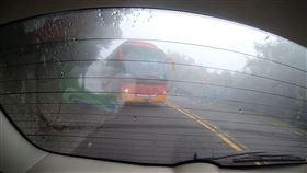 車上乘客拍下後方客運駕駛不斷按喇叭逼車的畫面。(圖/張先生提供)