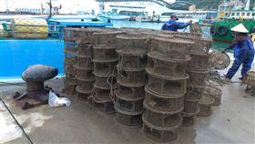 違法章魚籠破壞海洋生態 馬祖掃蕩清除594具為維護馬祖海洋資源,海巡署艦隊分署第十海巡隊及連江縣產發處聯合查緝,針對違法章魚籠進行掃蕩作業,共清除594具違法章魚籠。(連江縣產發處提供)中央社 109年5月11日
