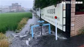 梅雨鋒面通過、東北風增強,我們收到的最新消息,大約傍晚六點左右,宜蘭市下起了一場強降雨,大約持續20分鐘,造成宜蘭市嵐峰路部分路段積水。 圖翻攝畫面