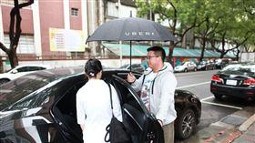 Uber今(12)日宣布和多元化計程車隊合作夥伴提供10萬趟免費「菁英優步」,讓晝夜守護全民健康的醫護人員在點對點之間也可以短暫休憩再出發。(圖/Uber提供)