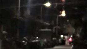 北市惡煞開車到和平西路三段巷內,並對空連開6槍後逃逸。(圖/翻攝畫面)