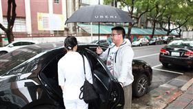 Uber提供醫護人員免費搭車Uber台灣12日宣布和多元化計程車隊合作夥伴提供10萬趟免費搭車服務,讓醫護人員在點對點通勤之間,可以短暫休息再出發。(Uber提供)中央社記者吳家豪傳真 109年5月12日