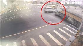 台中砂石車、廂型車事故/翻攝畫面