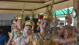 泰國擬對外籍遊客徵稅武漢肺炎重挫旅遊業,泰國政府研擬對入境的外國旅客徵收旅遊稅,一人不會超過300泰銖。圖為泰國知名觀光景點四面佛的舞者5日戴上面罩跳舞。中央社記者呂欣憓曼谷攝  109年5月12日