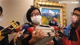 翁律師代表陳女出面反駁公司所有指控。(圖/記者楊忠翰攝)