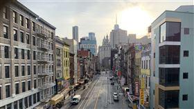 紐約強迫商家停業  曼哈頓華埠陷蕭條為防止2019冠狀病毒疾病(COVID-19)疫情惡化,紐約州政府3月22日要求非民生必需就業者全數在家工作,大批商家被迫停業,曼哈頓華埠呈現蕭條景象。中央社記者尹俊傑紐約攝  109年5月12日