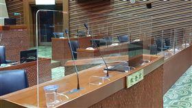 議員座位沒隔板 宜蘭縣議會:符合中央防疫指引宜蘭縣議會13日起開議,議事廳內的主席台、縣長報告台與單位列席台基於防疫需要,已裝有壓克力防飛沫隔板,但議員的座位保持原狀,遭外界質疑防疫「做半套」;縣議會12日表示,一切都符合中央防疫指引。中央社記者沈如峰宜蘭攝 109年5月12日