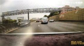 黑賓士,逆向,國道,大灣交流道 翻攝畫面
