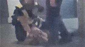 台北市西門町所翁姓警員出腳踹踢施姓女子頭部。(圖/翻攝臉書社團《黑色豪門企業》)