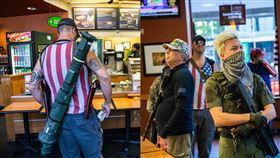 誇張!抗議團體攜火箭砲、散彈槍上街美國,北卡羅萊納州,火箭砲,火箭筒,散彈槍,重機槍,抗議,遊行 翻攝自推特 Travis Long