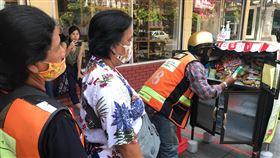 泰國食物分享櫃助弱勢 民眾排隊等待武漢肺炎疫情影響許多人生計,善心人士在曼谷路邊設置食物分享櫃,讓有需要的弱勢民眾自行拿取,分享櫃前常有不少民眾排隊等待。中央社記者呂欣憓曼谷攝  109年5月13日