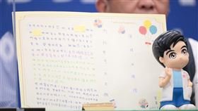 疫情指揮中心指揮官陳時中13日分享一對姊妹來信,並送上存了錢的存錢筒。(中央流行疫情指揮中心提供)