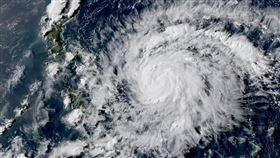 黃蜂颱風持續增強中…路徑有變數!下週一、二防劇烈降雨,圖/翻攝自台灣颱風論壇|天氣特急臉書