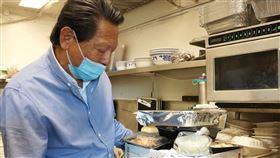 衝破疫情難關  朱鎮中的中餐館以外帶創新機在舊金山矽谷經營中餐館50餘年的朱鎮中也是好萊塢電影「瘋狂亞洲富豪」導演朱浩偉的父親,當他收到祖克柏表示要贊助的電郵時,一度以為是假消息。中央社記者周世惠舊金山攝  109年5月14日