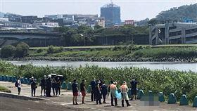 台北市民權大橋下再尋獲一具浮屍。(圖/讀者提供)
