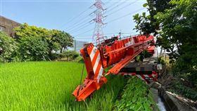 蘆竹區海山路與油管路口輪式起重機自撞交通事故(圖/翻攝畫面)