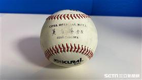 中信兄弟隊史3萬安和30001安是同一顆球。(圖/記者王怡翔攝影)