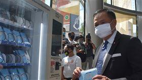泰國公衛部長視察百貨公司準備狀況泰國擬在17日解禁第二波商業活動,百貨公司可能重新開放,公共衛生部長阿努廷14日到暹羅百麗宮視察準備情況,並使用自動販賣機買口罩。中央社記者呂欣憓曼谷攝 109年5月14日