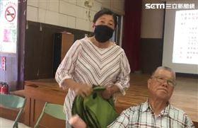 飆侏儒 紅衣大嬸(圖/記者陳佳鈴)