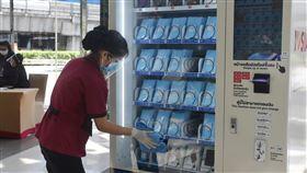 泰國第二波解禁  百貨公司將開放營業泰國武漢肺炎疫情趨於緩和,17日將進行第二波解禁,百貨公司將可以營業但營業時間稍微縮短。圖為百貨公司工作人員14日清潔口罩販賣機,為營業預作準備。中央社記者呂欣憓曼谷攝  109年5月15日