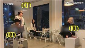 ▲讓客人爬上桌子讓位給服務生拖地。(圖/구공탄 授權)