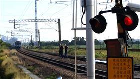 高雄,台鐵,列車,單車,騎士,區間車(圖/翻攝畫面)