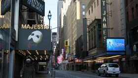 紐約疫情陰影籠罩  百老匯劇院持續熄燈紐約百老匯劇院3月12日起配合州政府命令熄燈,在新型冠狀病毒威脅未除的情況下,41座劇院何時恢復營業,讓周邊街道重現熱鬧景象,仍是未知數。中央社記者尹俊傑紐約攝  109年5月13日