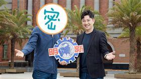 李明川(右)及藝人陳鴻(左)都在明新科大教書,兩人在校園拍宣傳照。(圖/伊林娛樂提供)