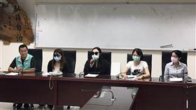秀朗診所院長林義龍遭前員工檢舉詐領健保、性騷員工,在羅文崇議員陪同受害者出面召開記者會。(圖/新北市議員羅文崇服務處提供