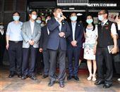 指揮官陳時中到鬍鬚張滷肉飯店家示範「防疫新生活」。(記者邱榮吉/攝影)