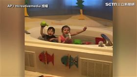 ▲Stefanie打造室內浴室給她的兩個孩子Hailey和Eli。(圖/AP/ttcreativemedia授權)