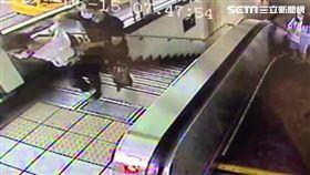 北市張姓工程師偷拍女大生裙底風光,遭路過民眾當場逮捕。(圖/翻攝畫面)