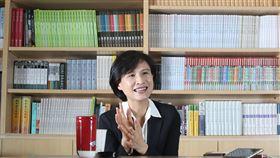 鄭麗君將卸任文化部長(3)將卸任的文化部長鄭麗君自西元2000年從法國回台至今,前後2次進入台灣智庫共8年,擔任青輔會主委4年、立委當4年、文化部長4年,加起來正好20年,她說,「應該是一個沉澱思考、重新自我學習的階段。」中央社記者張新偉攝 109年5月16日