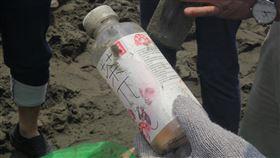 外傘頂洲淨灘 清出垃圾寶特瓶最多海洋委員會海保署、海巡署與嘉義縣政府攜手,16日到外傘頂洲淨灘,僅一個上午就清出約1300公斤垃圾,以寶特瓶數量最多,很多寶特瓶都印著簡體字。(嘉義縣政府提供)中央社記者蔡智明傳真 109年5月16日