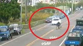 驚悚!翁違規橫越馬路 連人帶車撞飛(圖/翻攝畫面)