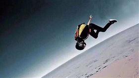 2500米往跳下!正妹「翼裝飛行員」失蹤5天…身分遭曝 圖/翻攝自知乎