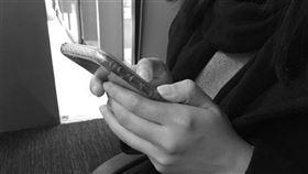 示意圖-閨密,低頭族,滑手機,簡訊,黑白(圖/資料照)
