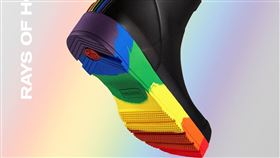 HUNTER推出彩虹雨靴。(圖/翻攝自HUNTER臉書)