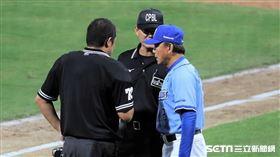 裁判與總教練洪一中討論判決。(圖/記者劉彥池攝影)