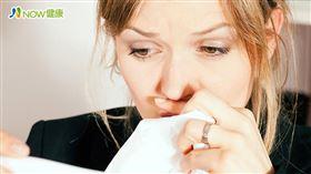 名家專用/NOW健康/李宏信表示,許多人只要流鼻涕或鼻塞時,就會下意識地想要吸鼻子,造成鼻涕卡在裡面無法排出。(勿用)