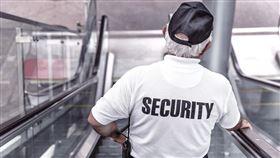 保全、警衛、大樓、手扶梯、老人(示意圖/翻攝自PIXABAY