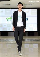 家扶兒時裝走秀模特兒黃威軒把國際舞台搬回「家」。(記者邱榮吉/攝影)